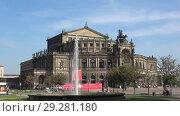 Купить «Фонтан на фоне оперного театра Земпера солнечным апрельским днем. Дрезден, Германия», видеоролик № 29281180, снято 29 апреля 2018 г. (c) Виктор Карасев / Фотобанк Лори
