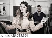 Купить «Young woman is satisfied of tire replacement of her car in winte», фото № 29295860, снято 18 декабря 2017 г. (c) Яков Филимонов / Фотобанк Лори