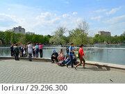 Купить «Посетители на территории зоопарка около пруда. Пресненский район. Город Москва», эксклюзивное фото № 29296300, снято 13 мая 2015 г. (c) lana1501 / Фотобанк Лори