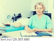 Купить «Cosmetician working with papers», фото № 29307680, снято 16 марта 2018 г. (c) Яков Филимонов / Фотобанк Лори