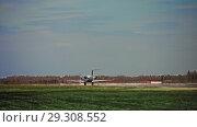 Купить «The plane is maneuvering on the ground», видеоролик № 29308552, снято 26 октября 2018 г. (c) Даниил Хабаров / Фотобанк Лори