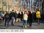 Купить «Многолюдно в Камергерском переулке. Тверской район. Город Москва. Россия», эксклюзивное фото № 29309376, снято 18 октября 2018 г. (c) lana1501 / Фотобанк Лори