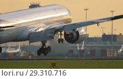 Купить «Jet Airways Boeing 777 approaching», видеоролик № 29310716, снято 25 июля 2017 г. (c) Игорь Жоров / Фотобанк Лори