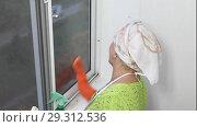 Купить «Пожилая женщина моет окно», видеоролик № 29312536, снято 21 марта 2019 г. (c) Элина Гаревская / Фотобанк Лори