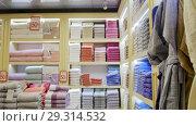 Купить «A view of textile store. Different towels», видеоролик № 29314532, снято 10 декабря 2018 г. (c) Константин Шишкин / Фотобанк Лори
