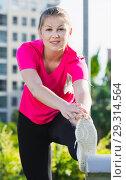 Female 20-30 years old is doing workout in pink T-shirt. Стоковое фото, фотограф Яков Филимонов / Фотобанк Лори