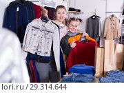 Купить «Ordinary woman with daughter holding many bags», фото № 29314644, снято 21 марта 2018 г. (c) Яков Филимонов / Фотобанк Лори
