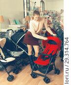 Купить «shopper choosing carriage for kids», фото № 29314764, снято 19 декабря 2017 г. (c) Яков Филимонов / Фотобанк Лори
