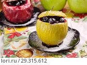 Купить «Печеные яблоки с ягодами и медом», фото № 29315612, снято 26 октября 2018 г. (c) Наталия Кузнецова / Фотобанк Лори