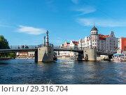 Купить «Река Преголя. Юбилейный мост. Калининград», эксклюзивное фото № 29316704, снято 10 июля 2018 г. (c) Александр Щепин / Фотобанк Лори
