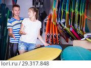 Купить «Joyful couple is choosing colorful boards», фото № 29317848, снято 1 августа 2017 г. (c) Яков Филимонов / Фотобанк Лори