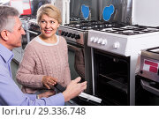 Купить «Wife and husband are buying in center of household appliances the plate», фото № 29336748, снято 20 июля 2019 г. (c) Яков Филимонов / Фотобанк Лори