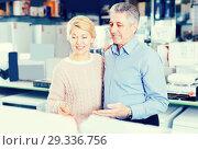 Купить «Husband and wife in home appliance store to discuss items», фото № 29336756, снято 3 июля 2020 г. (c) Яков Филимонов / Фотобанк Лори