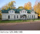 Купить «Здание бывшего казначейства в г. Олонец», фото № 29348148, снято 14 октября 2018 г. (c) Валерий Егоров / Фотобанк Лори