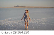 Купить «happy smiling girl enjoying a sunset, dancing and laughs on expanse of salt lake», видеоролик № 29364280, снято 28 октября 2018 г. (c) Ирина Мойсеева / Фотобанк Лори