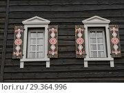 Sochy, Russia - September 26, 2017: modern windows with platbands in the traditional style in Krasnaya Polyana. Редакционное фото, фотограф Евгений Харитонов / Фотобанк Лори