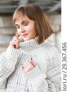 Купить «Портрет молодой девушки в мужском свитере», фото № 29367456, снято 4 ноября 2018 г. (c) Момотюк Сергей / Фотобанк Лори
