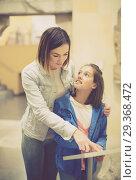 Купить «Happy mother and daughter in museum», фото № 29368472, снято 16 декабря 2018 г. (c) Яков Филимонов / Фотобанк Лори