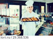 Купить «Woman baker showing warm tasty croissants», фото № 29368536, снято 24 января 2017 г. (c) Яков Филимонов / Фотобанк Лори