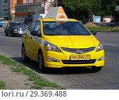 Купить «Желтый автомобиль с шашечками такси едет по дороге. Щелковское шоссе. Район Северное Измайлово. Город Москва», эксклюзивное фото № 29369488, снято 24 июня 2015 г. (c) lana1501 / Фотобанк Лори