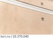 Купить «Глухая стена ломбарда. Фрагмент», эксклюзивное фото № 29370040, снято 8 июня 2010 г. (c) Алёшина Оксана / Фотобанк Лори