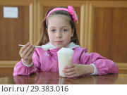 Купить «Маленькая девочка ест кислородный коктейль. Горячий ключ», фото № 29383016, снято 27 апреля 2016 г. (c) Марина Володько / Фотобанк Лори