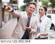 Купить «Traveller asking woman direction», фото № 29383364, снято 24 марта 2019 г. (c) Яков Филимонов / Фотобанк Лори