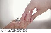 Купить «Car key chain on hand. Pass from hand to hand», видеоролик № 29397836, снято 6 декабря 2019 г. (c) Константин Шишкин / Фотобанк Лори