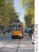 Трамвай и остановка. Милан, Италия (2018 год). Стоковое фото, фотограф Вадим Хомяков / Фотобанк Лори