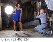 Купить «woman posing for professional photographer», фото № 29405824, снято 5 октября 2018 г. (c) Яков Филимонов / Фотобанк Лори