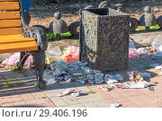 Купить «Мусор, валяющийся вокруг урны», эксклюзивное фото № 29406196, снято 6 августа 2018 г. (c) Александр Щепин / Фотобанк Лори