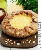 Купить «Галета с сыром из овсяных хлопьев», фото № 29411272, снято 9 ноября 2018 г. (c) Надежда Мишкова / Фотобанк Лори