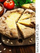 Купить «Галета из овсяных хлопьев с сыром на столе», фото № 29411276, снято 9 ноября 2018 г. (c) Надежда Мишкова / Фотобанк Лори