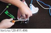 Купить «Мастер ремонтирует утюг. Мужские руки крупным планом», видеоролик № 29411496, снято 8 ноября 2017 г. (c) Олег Хархан / Фотобанк Лори