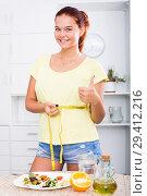 Купить «smiling girl measuring tape», фото № 29412216, снято 2 апреля 2020 г. (c) Яков Филимонов / Фотобанк Лори