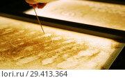 Купить «Drawing with a sand on the screen. Drawing with a thin stick. Close up», видеоролик № 29413364, снято 15 ноября 2018 г. (c) Константин Шишкин / Фотобанк Лори