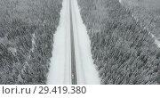 Спуск сверху к заснеженной автомобильной трассе, машины на зимней дороге. Стоковое видео, видеограф Кекяляйнен Андрей / Фотобанк Лори
