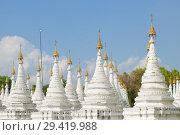 Купить «Белые ступы Sandarmuni Pagoda солнечным днем. Мандалай, Бирма», фото № 29419988, снято 19 декабря 2016 г. (c) Виктор Карасев / Фотобанк Лори