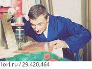Купить «portrait of man in uniform working with electrical screwdriver o», фото № 29420464, снято 19 января 2019 г. (c) Яков Филимонов / Фотобанк Лори