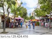 Pedestrian precinct in Monte Gordo town centre with shops and cafes, Algarve, Portugal. (2018 год). Редакционное фото, фотограф Findlay Rankin / age Fotostock / Фотобанк Лори