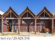 Fishermen's shed and huts on the beach at Monte Gordo, Algarve, Portugal. Стоковое фото, фотограф Findlay Rankin / age Fotostock / Фотобанк Лори