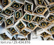 Купить «Люминесцентные лампы для светильников лежат в заводской упаковке», фото № 29434816, снято 20 июня 2018 г. (c) Вячеслав Палес / Фотобанк Лори