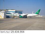 Самолет Boeing 777-200 (EZ-A778) авиакомпании Turkmenistan Airlines  у  телескопического трапа  международного терминала аэропорта. Ашхабад, Туркменистан (2017 год). Редакционное фото, фотограф Виктор Карасев / Фотобанк Лори