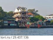 Китайский храм на берегу реки Чаупхрая ранним утром. Бангкок, Таиланд (2016 год). Редакционное фото, фотограф Виктор Карасев / Фотобанк Лори