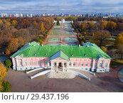 Купить «The first snow in the Kuskovo estate», фото № 29437196, снято 22 октября 2017 г. (c) Александр Клёнов / Фотобанк Лори