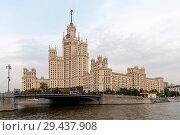 Купить «Мост через Яузу и высотный дом на Котельнической набережной. Москва», эксклюзивное фото № 29437908, снято 11 сентября 2018 г. (c) Александр Щепин / Фотобанк Лори