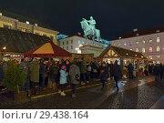 Купить «Средневековый рождественский базар на площади Виттельсбахов в Мюнхене в сумерках, Германия», фото № 29438164, снято 12 декабря 2017 г. (c) Михаил Марковский / Фотобанк Лори