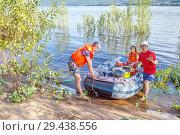 Купить «Company of mature friends on the river bank near the inflatable boat.», фото № 29438556, снято 14 июля 2017 г. (c) Акиньшин Владимир / Фотобанк Лори
