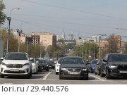 Купить «Автомобили на светофоре ожидают сигнала светофора, Москва Андроньевская площадь», эксклюзивное фото № 29440576, снято 2 мая 2018 г. (c) Дмитрий Неумоин / Фотобанк Лори