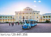 Купить «Паровозик в Павловске  locomotive rides in front of the Palace in Pavlovsk», фото № 29441356, снято 23 сентября 2018 г. (c) Baturina Yuliya / Фотобанк Лори